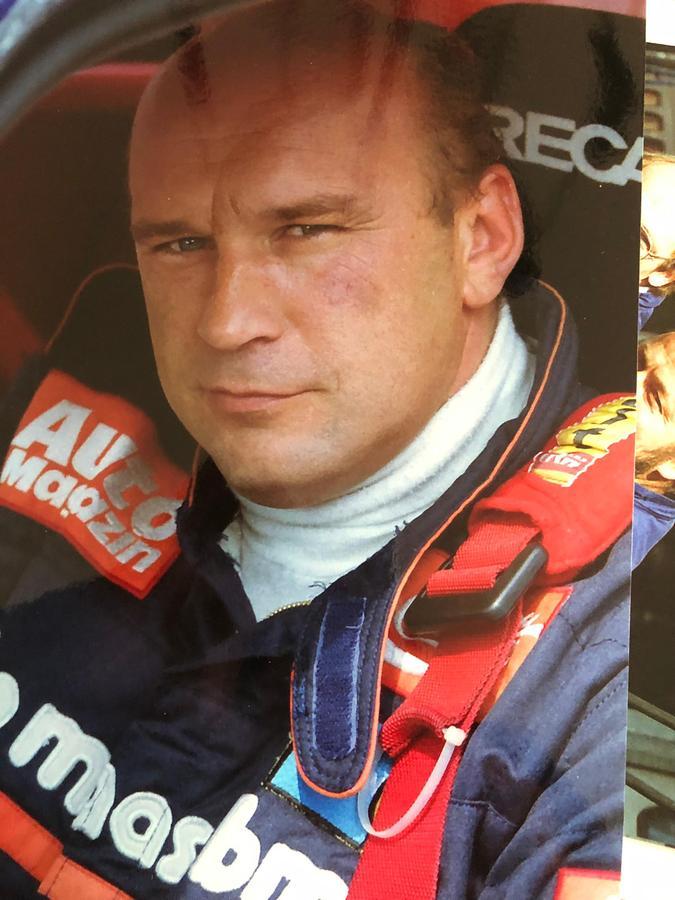 Der junge Rennfahrer Kurt König im Cockpit.