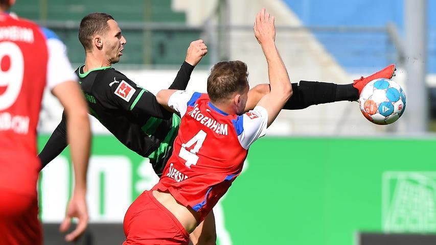 08.10.2021 --- Fussball --- Saison 2021 2022 ---  Testspiel / Freundschaftsspiel: SpVgg Greuther Fürth ( Kleeblatt ) - 1. FC Heidenheim FCH --- Foto: Sport-/Pressefoto Wolfgang Zink / WoZi --- Branimir Hrgota (10. SpVgg Greuther Fürth ) Tim Siersleben (4, 1. FC Heidenheim FCH )