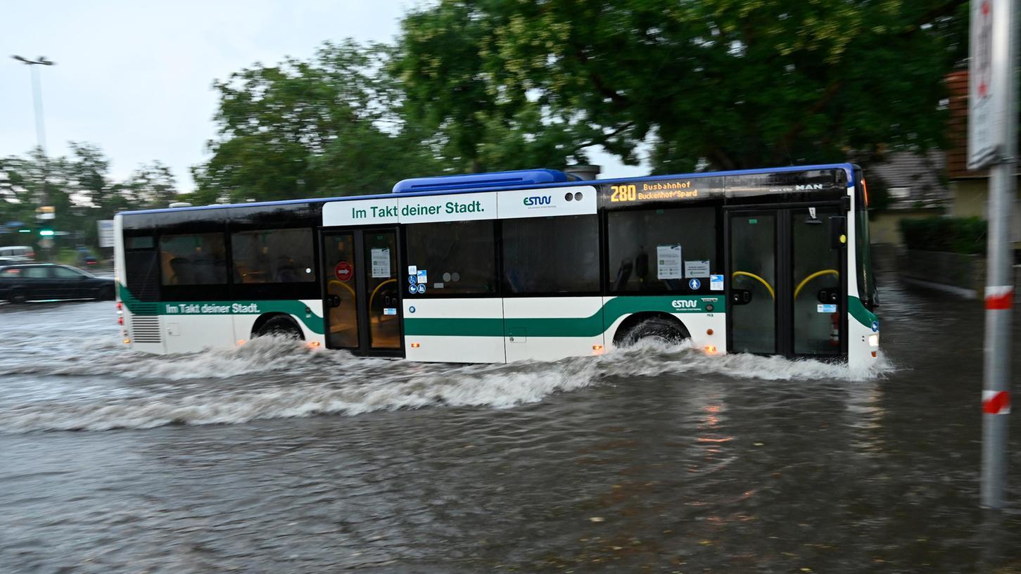 Auch die Erlanger Kreuzung Schallershofer Straße /Kosbacher Damm stand 2020unter Wasser.