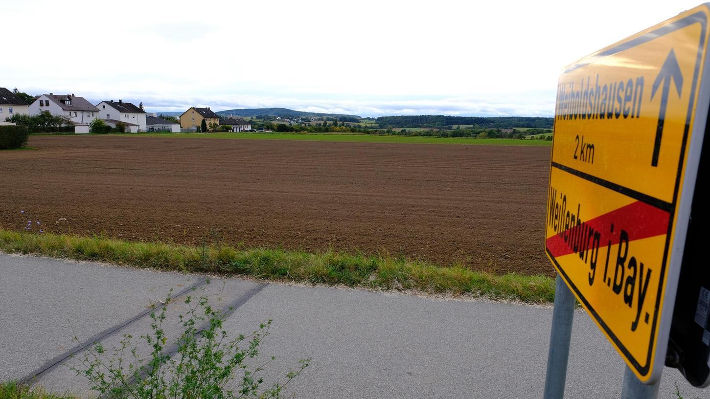 4C-WT-Hagenbuch  Am nördlichen Ortsrand von Hagenbuch soll ein neues Wohngebiet mit gut 30  Bauplätzen entstehen. Für die beiden Teile westlich und östlich der Straße nach  Weiboldshausen gibt es bereits ältere Bebauungspläne, die nun in einem  zusammengefasst werden. Die ersten Häuser könnten wohl ab 2025 entstehen.