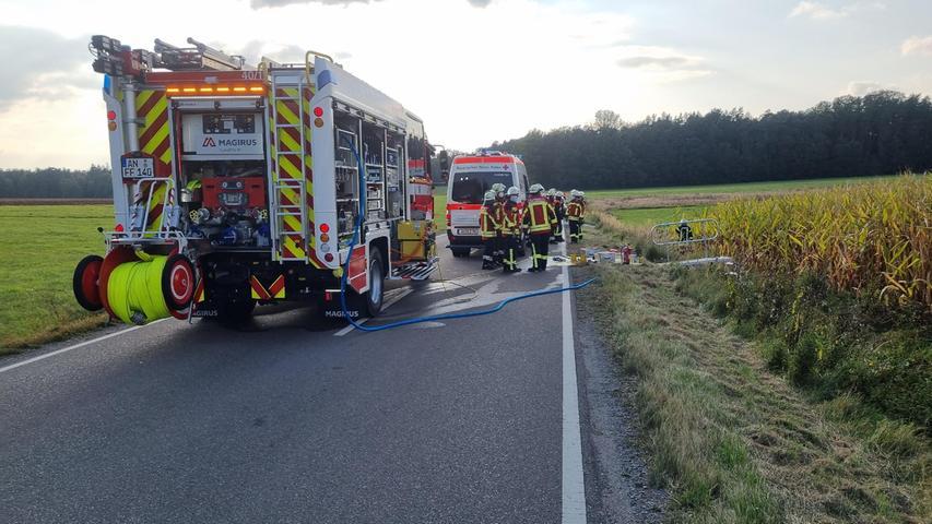 Mehrere Streifen der Polizei Ansbach, umliegende Freiwillige Feuerwehren undRettungskräfte des BRKwaren vor Ort. Bei der Unfallaufnahme wurden die Polizisten von einem Gutachter unterstützt.
