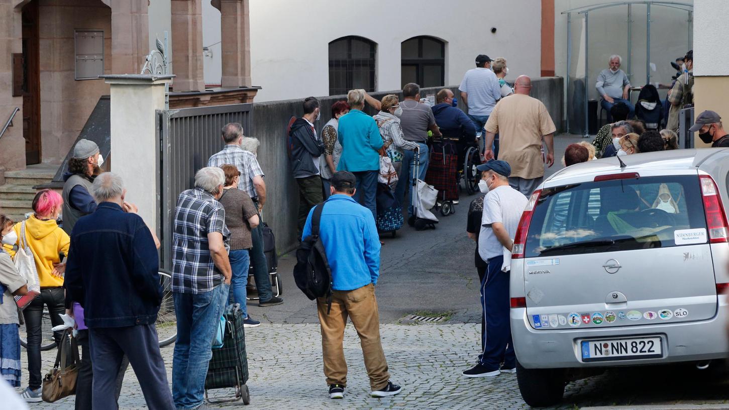 In der Coronakrise (hier Bedürftige, die in Nürnberg unter anderem für Gutscheine anstehen)wurden die Forderungen nach einem bedingungslosen Grundeinkommen heftiger.