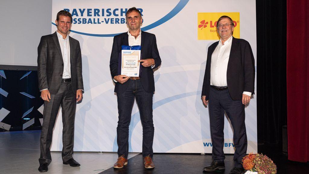 Im Mittelpunkt: Franz Bezold mit Fifa-Schiedsrichter Felix Brych (links) und BFV-Präsident Rainer Koch.