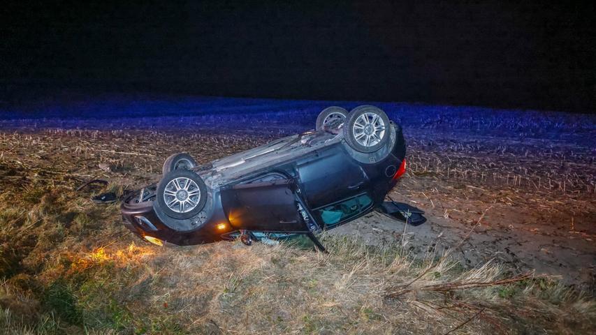 Ein 23-Jähriger kam im Auslauf einer Rechtskurve vom Weg ab, nachdem ein Reh vor sein Fahrzeug gesprungen war.