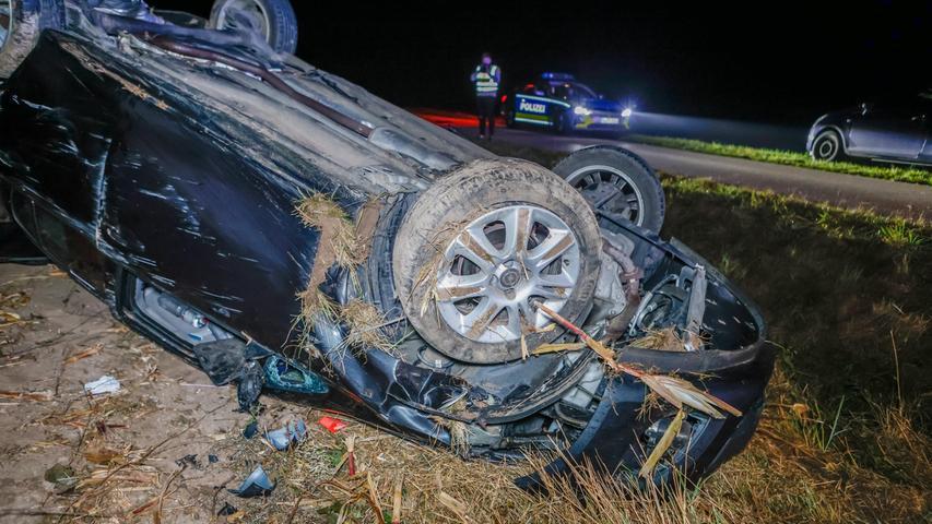 Glück im Unglück hatte ein junger Autofahrer am Freitagabend (08.10.21) als er ersten Informationen nach auf der Ortsverbindungsstraße zwischen Wimmelbach und Buch (Lkr.Neustadt a.d. Aisch - Bad Windsheim) einem Reh ausweichen musste. Der 22-Jährige kam von der Fahrbahn ab, verlor die Kontrolle über sein Fahrzeug und überschlug sich mehrfach, bevor das Auto völlig beschädigt auf dem Dach zum Liegen kam. Nach derzeitigem Kenntnisstand verletzte sich der junge Mann glücklicherweise nur leicht, wurde aber zur weiteren Untersuchung in ein Krankenhaus gebracht. Foto: NEWS5 / Oßwald Weitere Informationen... https://www.news5.de/news/news/read/21949