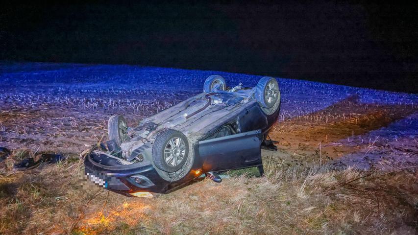 Der Wagen kam insSchleudern, dann nach links von der Fahrbahn ab, überschlug sich im Straßengraben und blieb anschließend auf dem Dach im Acker liegen.