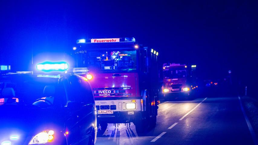 Zu einem Frontalzusammenstoß zwischen zwei Fahrzeugen kam es am späten Freitagabend (08.10.21) beiLauf an der Pegnitz. Ersten Information nach waren die beiden Autos aus noch unklarer Ursachezwischen Diepersdorf und Renzenhof kollidiert. Beide Fahrzeugführer wurden mit mittelschweren Verletzungen in ein Krankenhaus eingeliefert. Mit besonderer Vorsicht mussten die Einsatzkräfte der Feuerwehr bei der Ladung eines der beiden Fahrzeuge vorgehen. Das Auto hatte Tierblut an Bord, welches als biologischer Gefahrenstoff gekennzeichnet war. Foto: NEWS5 / Bauernfeind Weitere Informationen... https://www.news5.de/news/news/read/21948