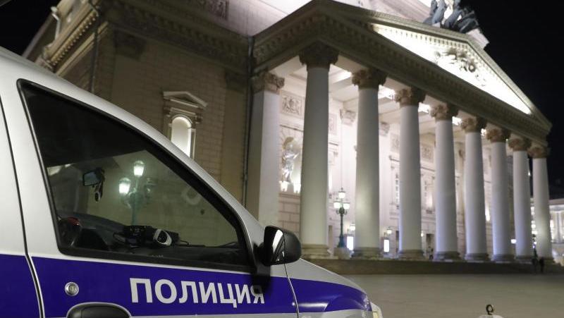 Ein Wagen von Sicherheitsbeamten steht vor dem Moskauer Bolschoi Theater.