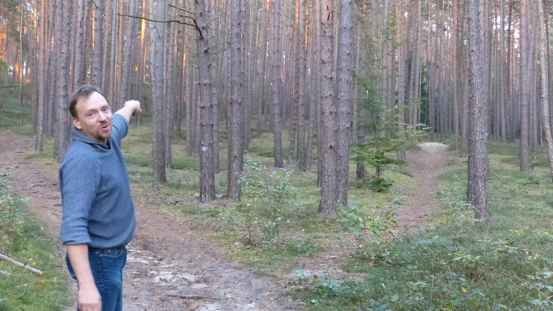 Martin Wieseckel   zeigt auf die tiefen spuren, die Mountainbiker im Wald hinterlassen.