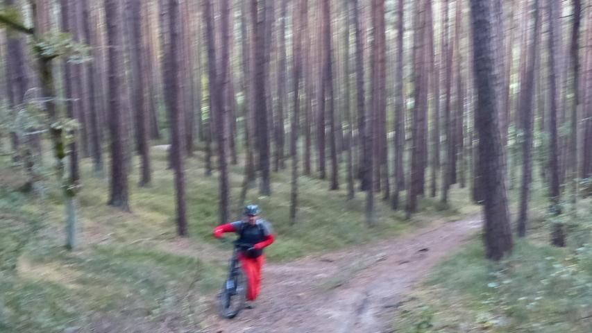 Ein unbekannter Mountainbiker mitten im Wald.