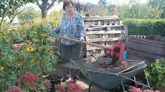 Sieben, bis guter Kompost herauskommt: Die 74-jährige Kleingarten-Veteranin Renate van Gerrisheim werkelt 40 bis 50 Stunden pro Woche hier.
