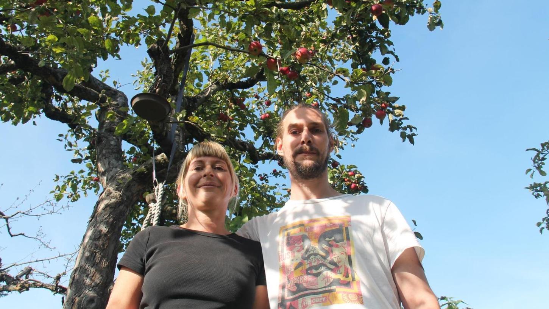 Das Glück unterm Apfelbaum: Die Kleingarten-Anfänger Britta und Dominik sind hochzufrieden mit dem Fleckchen Natur, das sie endlich ergattert haben.