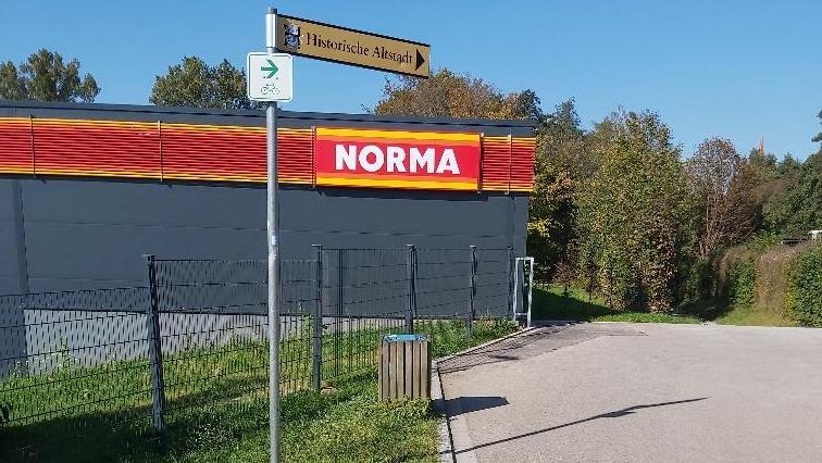 Der Zaun des Anstoßes an der Hilpoltsteiner Norma. Die Lösung könnte eine Rampe sein, die ursprünglich dort vorgesehen war.