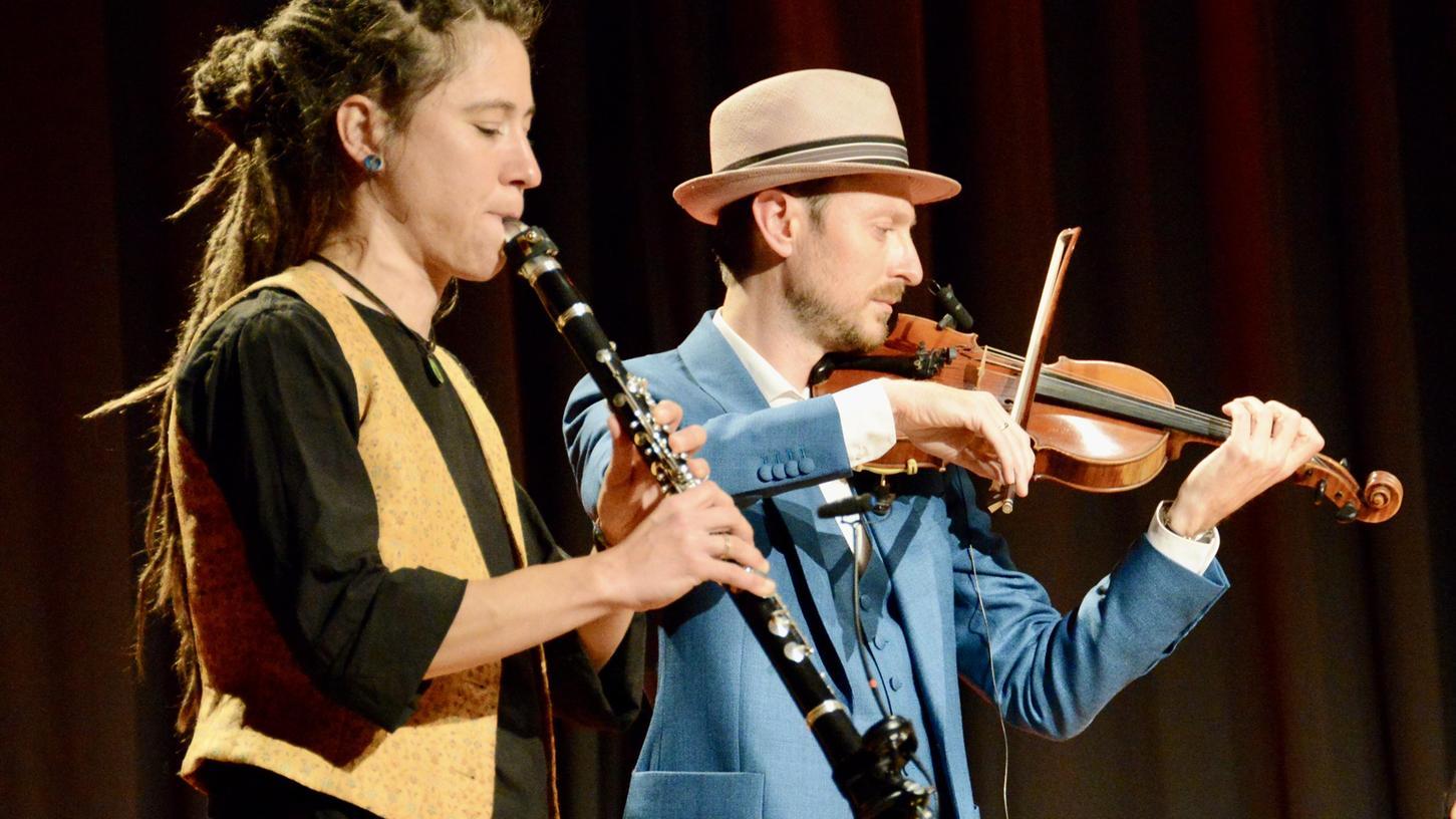 Klarinettistin Anja Günther aus Würzburg mit dem belgischen Geiger und Komponisten Nicolaas Cottenie. Sie sind Teil des international besetzten Ensembles Halva.