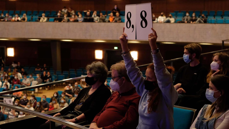 Auch das gehört – nicht nur in der Nürnberger Meistersingerhalle – zum Konzept: Die Punkte für die Auftritte der Teilnehmenden vergibt das Publikum.
