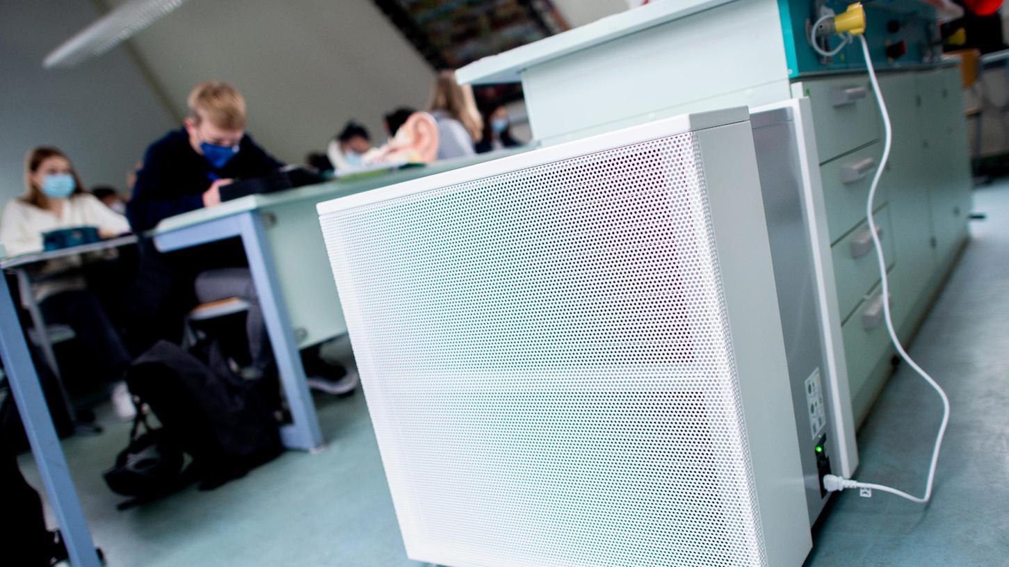 Ein Luftfilter-Gerät in einem Gymnasium. Wendelstein hat sich gegen diese Geräte und für eine dezentrale Lüftung in seinen Schulen entschieden.