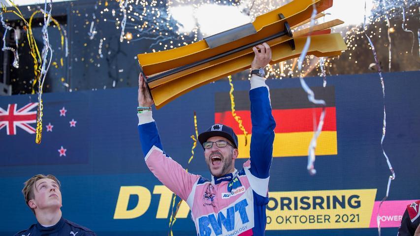 10.10.2021 --- Motorsport --- Rennwochenende Norisring Nürnberg 2021 --- Foto: Sport-/Pressefoto Wolfgang Zink / HMB ---     Bild: v. li. Liam Lawson (Red Bull AF Corse, Ferrari 488 GT3 Evo) und Maximilian Goetz (Mercedes-AMG Team HRT, Mercedes-AMG GT3) kroent sich mit seinem 2 Sieg am Norising zum DTM-Champion  DTM Race 2