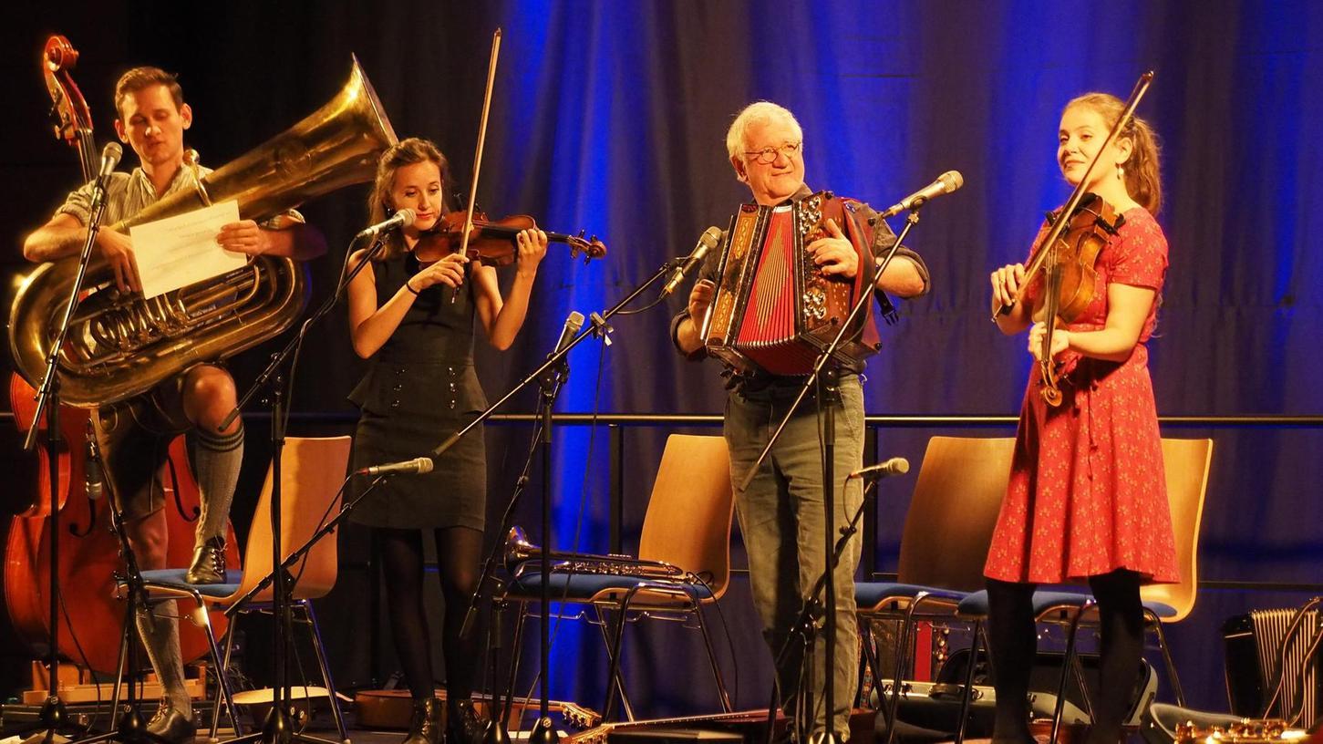 Hans Well (2.v.re.) mit seinen drei Kindern Jonas (von links), Sarah und Tabea beim Gastspiel der Wellbappn in Auerbach.