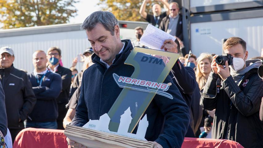 10.10.2021 --- Motorsport --- Rennwochenende Norisring Nürnberg 2021 --- Foto: Sport-/Pressefoto Wolfgang Zink / HMB ---     Bild: Markus Soeder, CSU. Ministerpräsident uebergibt den Siegerpokal