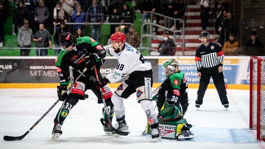 Markus Babinsky ringt mit PassausJeffrey Smith um den Puck. Höchstadts souveräner Goalie Benjamin Dirksen lässt die beiden nicht aus den Augen.