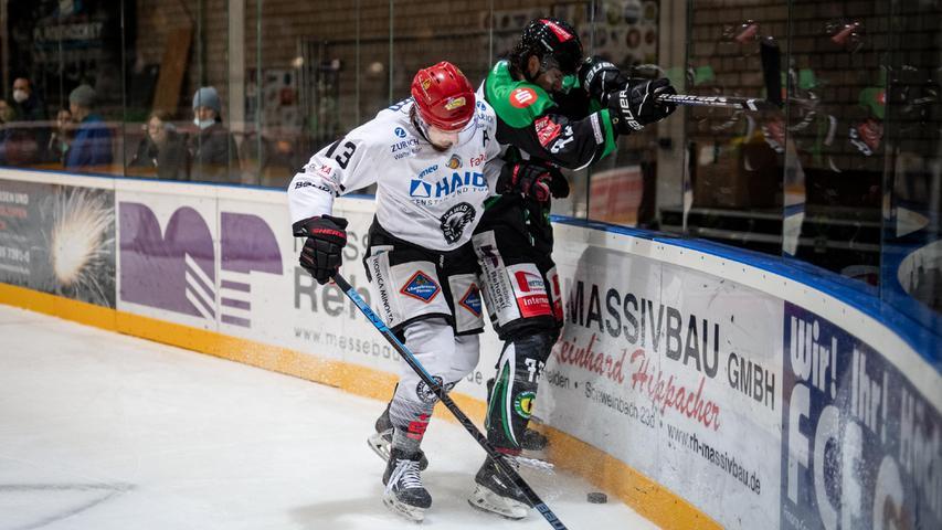 Markus Babinsky kämpft an der Band gegen Passaus Michael Franz.