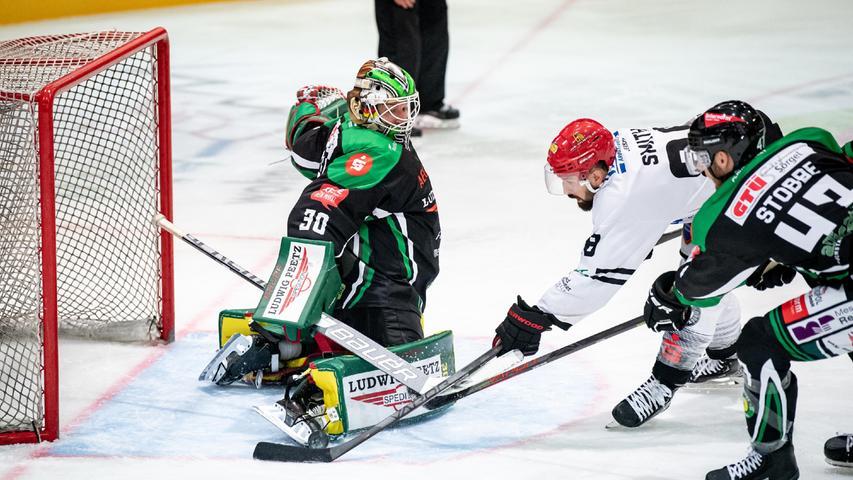 Philipp Stobbe hilft seinem Torhüter gegen den Passauer Angreifer Jeffrey Smith.