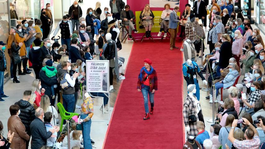 Catwalk im Neuen Markt: Die 37-Jährige aus Pilsach überzeugte das Publikum und den mitgereisten Fanclub mit ihrer mutigen Kleiderwahl.