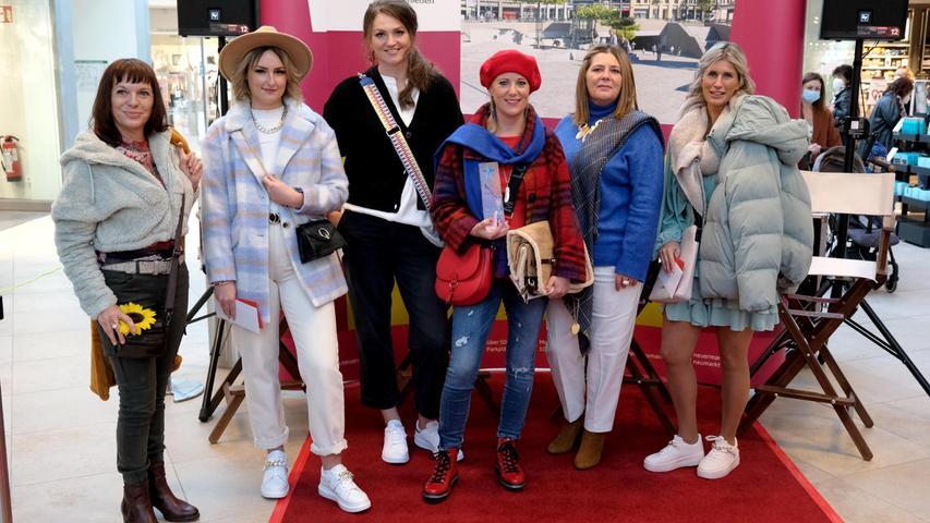 Die sechs Teilnehmerinnen in ihren trendy Outfits.