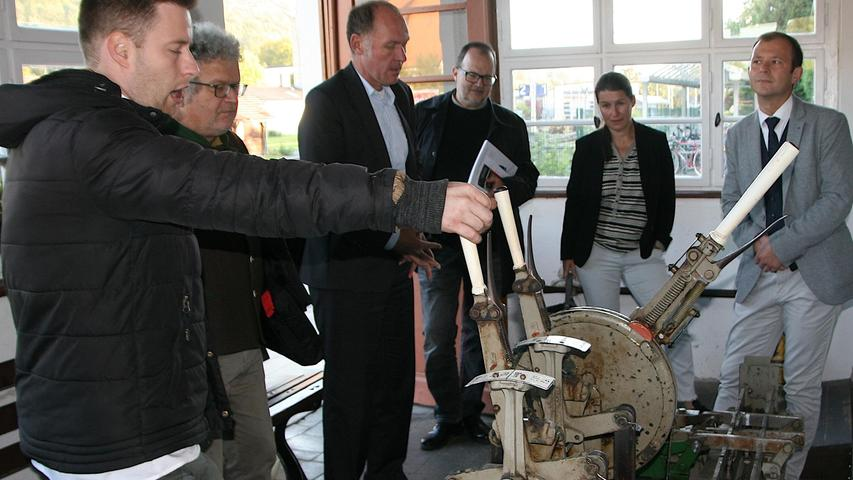 Früher ging alles per Hand:  Johannes Obenauf erklärt den Besuchern das Stellwerk.