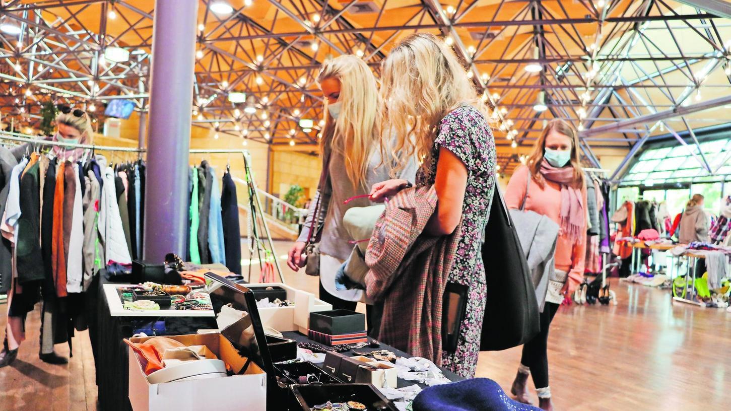 Schmuck, Taschen oder recycelte Altkleider: Der Mädels-Flohmarkt bedient den Trend, auch in puncto Kleidung auf mehr Nachhaltigkeit zu setzen.