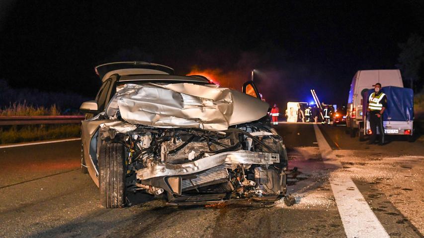 Ein BMW fuhr aus bisher ungeklärten Gründen auf einenVolvo auf, wodurch sich der BMW drehte und entgegen der Fahrtrichtung ohne Beleuchtung stehen blieb.
