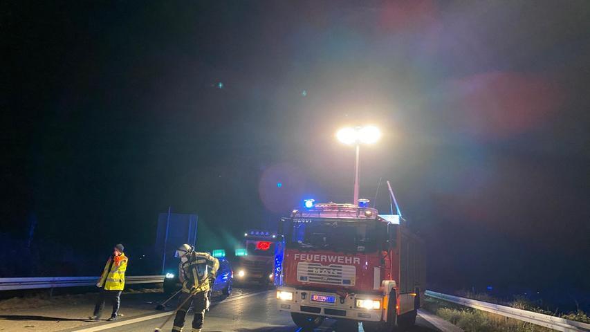 Ein unübersichtliches Bild bietet sich den Einsatzkräften am späten Sonntagabend (10.10.2021) auf der A3 nahe dem mittelfränkischem Altdorf. Zwei Unfallautos, ein großes Trümmerfeld und ein Wohnmobil, das auf der Seite liegt. Glücklicherweise sind alle drei beteiligten Personen nur leicht verletzt.Ein Auffahrunfall ereignete sich auf der A3 in Richtung Würzburg zwischen der Ausfahrt Altdorf/Burgthann und dem Autobahnkreuz Altdorf (Lkr. Nürnberger Land). Ein BMW war in das Heck eines Volvo gekracht. Der BMW drehte sich dabei und blieb entgegen der Fahrtrichtung ohne Beleuchtung stehen.