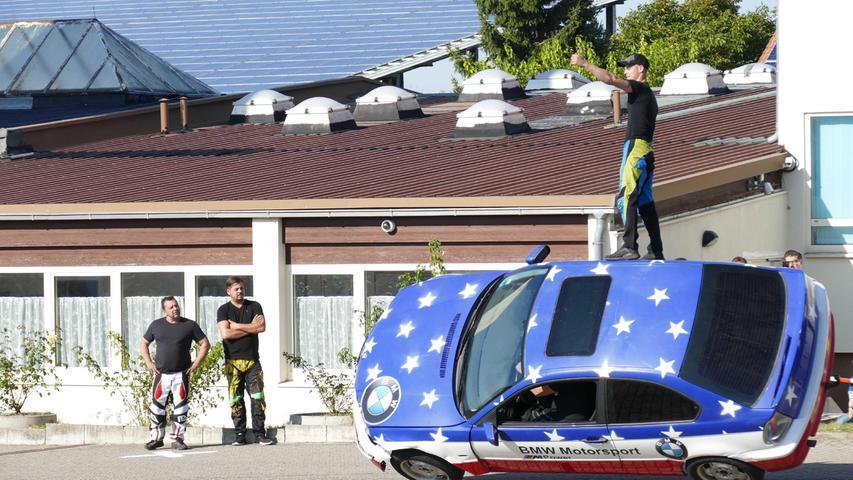 Die Stunt-Show der Gebrüder Frank auf dem Gelände der Moschee in Weißenburg begeiserte die Massen. Gut 400 wollten das Event sehen.