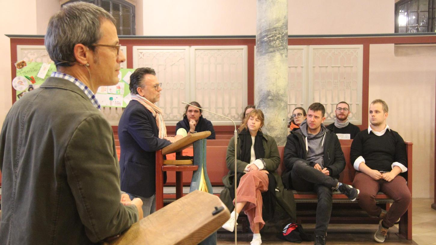 Pfarrer Joachim Klenk (2. v. l.) musste sich in der Gemeindeversammlung vielen Fragen stellen. Die Evangelische Jugend – hier ist nur ein kleiner Teil der großen Gruppe zu sehen – beeindruckte mit starken Statements zugunsten der offenen Jugendarbeit im Gemeindehaus.