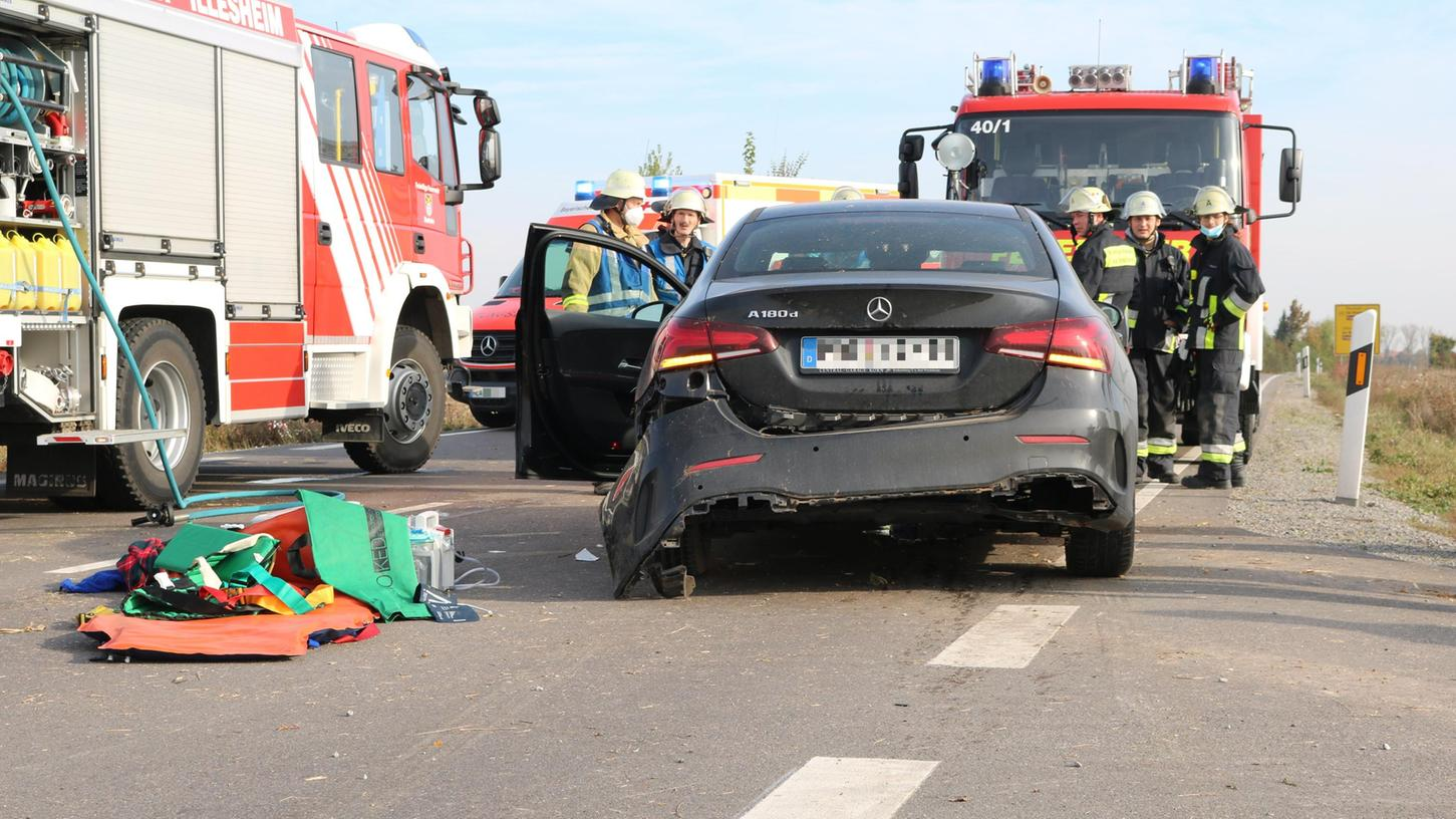 Der Unfallwagen kam auf der Fahrbahn zum Stehen.