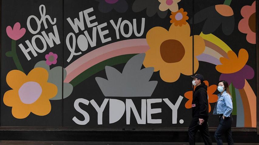 Auch Sydney hatte einen Lockdown, man trägt auch auf der Straße eine Maske, wie hier auf diesem Foto vom 11. Oktober 2021.