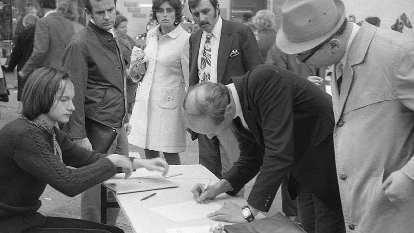 """15 000 Nürnberger haben gestern, am ersten Tag der Aktion, die """"Bürgerinitiative gegen den Stadionausbau"""" mit ihrer Unterschrift unterstützt.Hier geht es zum Kalenderblatt vom 14. Oktober 1971: Nach dem ersten Tag 15.000 Stadion-Gegner."""