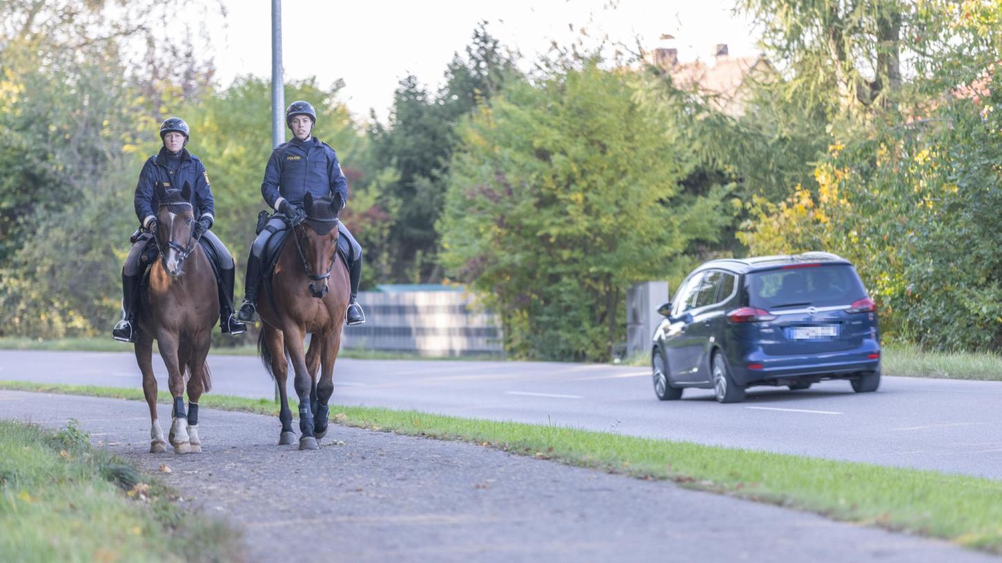 Eine 26-Jährige wurde am Sonntagmorgen schwer verletzt am Rande des Burgstallwalds in Gunzenhausen aufgefunden. Bei der Suche nach einem möglichen Täter wurde auch berittene Polizei eingesetzt.