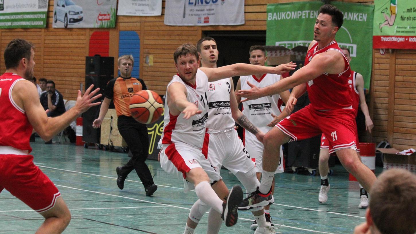 Härtetest vor dem Saisonauftakt: Die VfL-Baskets Treuchtlingen gewannen das Duell der Regionalligisten gegen Bamberg mit 95:88. Stefan Schmoll (Mitte) erzielte 28 Punkte.
