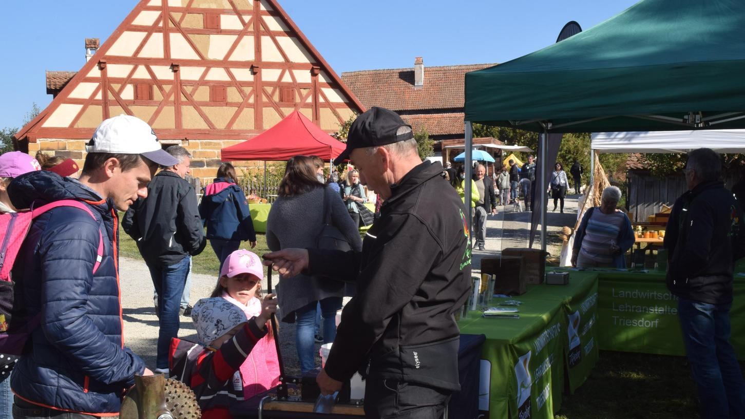 Nüsseknacken macht Spaß. Auch das war beim Regional-Markt der Genüsse im Fränkischen Freilandmuseum möglich.