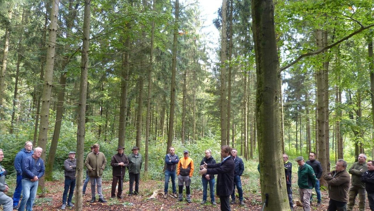 Auch Landrat Hermann Ulm sprach im Wald zu den Forst- und Jagdexperten.