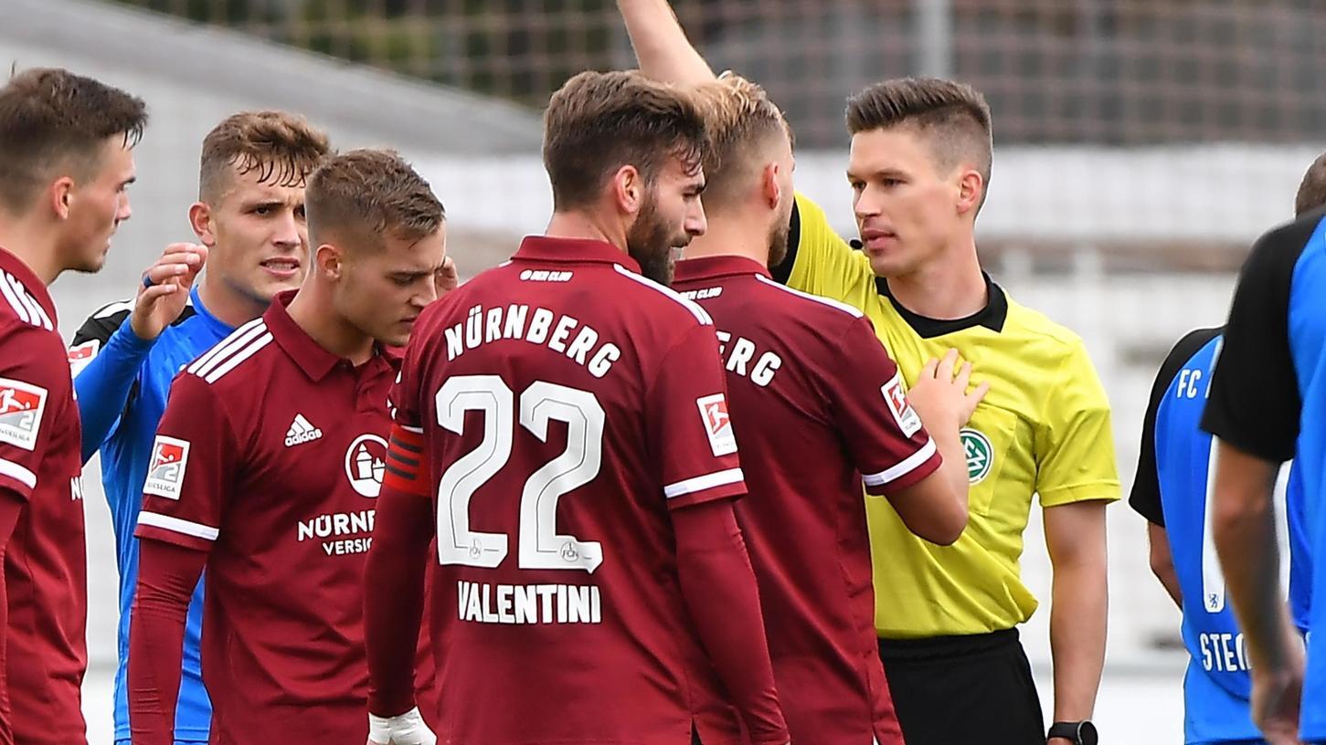 So nicht: Fabian Nürnberger (Dritter von links) wurde am Freitagvon Schiedsrichter Patrick Hanslbauer vorzeitig zum Duschen geschickt.