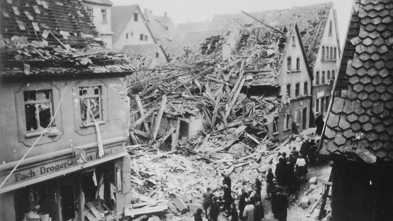 Schwere Zerstörungen in der Altstadt, wie hier in der Benkendorferstraße, brachte vor allem die dritte Welle, der Hauptangriff. Neben den Sprengbomben warfen die britischen Kampfflugzeuge auch viele Brandbomben.