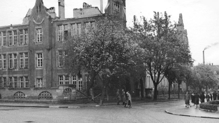 Die Luitpoldschule wurde von Brandbomben getroffen. Der Dachstuhl brannte nieder. Im Laufe des Jahres 1942 wurden alle Schäden beseitigt.