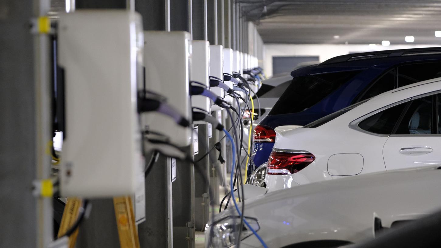 Neue Ladesäulen für Mitarbeiterinnen und Mitarbeiter im großen adidas-Parkhaus in Herzogenaurach zwischen Arena und Outlet.