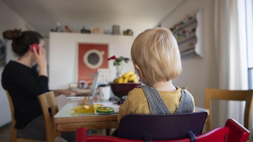 Eltern bringt es erneut in Betreuungsprobleme, wenn sie ihr Kind nach einem positiven Corona-Test in ihrer Gruppe zu Hause lassen möchten. Ist keine offizielle Quarantäne angeordnet, können sie dafür keine Kinderkrankentage in Anspruch nehmen.