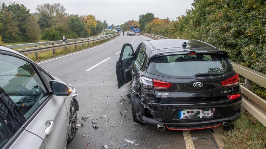 Am Montagnachmittag (11.10.2021) kam es auf der B4 zwischen  Rattelsdorf und Breitengüßbach-Nord (Lkr. Bamberg) zu einem Unfall. Aus ungeklärter Ursache kam ein24-jähriger Hyundai-Fahrer in den Gegenverkehr, worauf er einen Lastwagen streifte. Darauf kam er ins Schleudern und kollidierte mit einem BMW. Der Unfallverursacher wurde vorsorglich in ein Krankenhaus eingeliefert. Alle anderen Beteiligten blieben unverletzt. Foto: NEWS5 / Merzbach Weitere Informationen... https://www.news5.de/news/news/read/21964