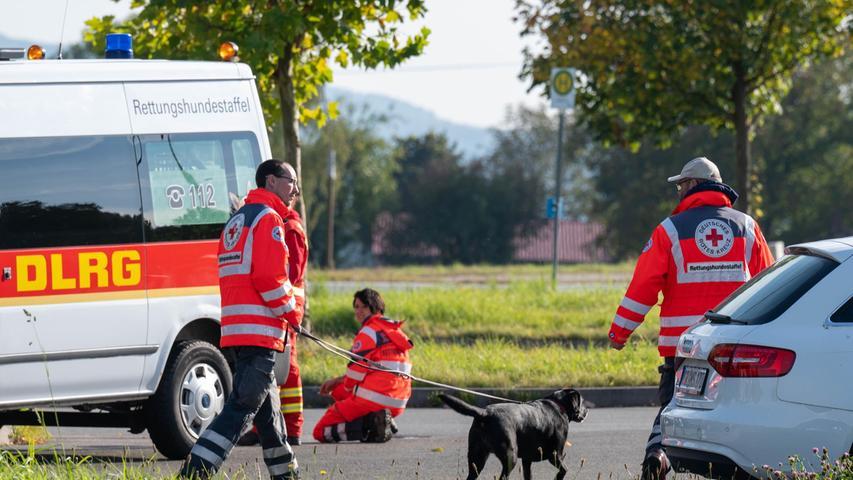 Zahlreiche Personensuchhunde machten sich auf die Spur des vermissten Mädchens. Auch viele Helferinnen und Helfer aus Mittelfranken unterstützen am Montag.