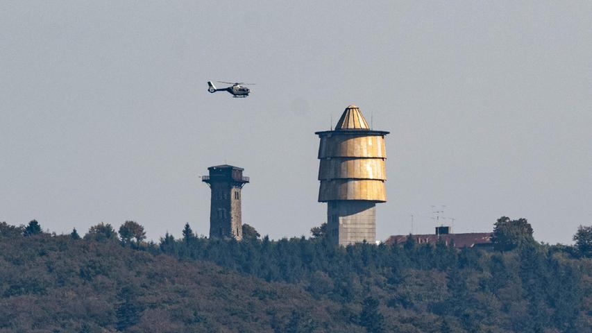 Auch aus der Luft wurde mit Drohnen und Hubschraubern nach dem Mädchen gesucht. Zum Suchgebiet zählte auch dertschechischeBerg Cerchov, über den hier ein Helikopter am Montag stundenlang kreiste.