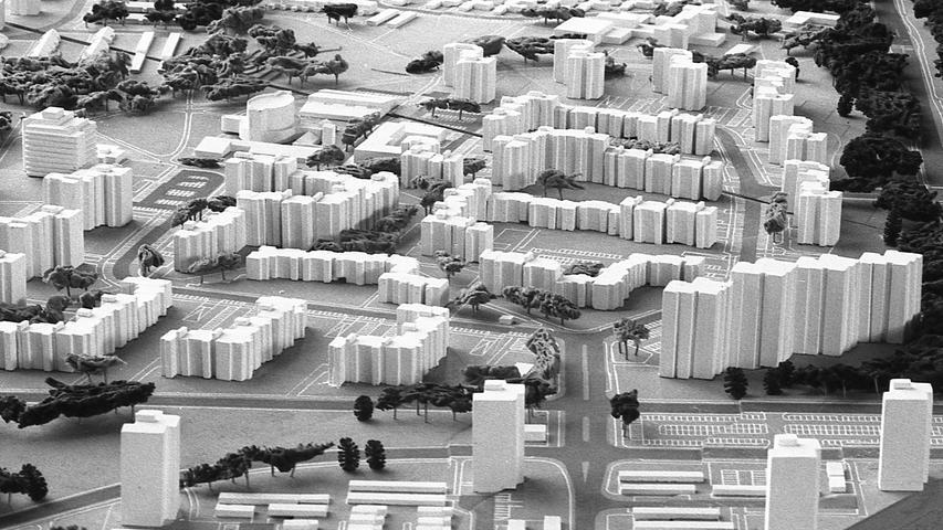 Den Nürnberger Bürgern bot sich gestern Abend erstmals die Gelegenheit, bei der Bebauung eines großen Gebietes aktuell ein Wort mitzureden. Hier geht es zum Kalenderblatt vom 16. Oktober 1971: Experiment beim Märzfeld.